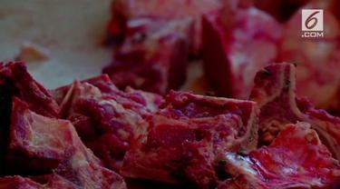 Kondisi ekonomi yang terpuruk membuat rakyat Venezuela terpaksa membeli daging busuk untuk mendapatkan protein.