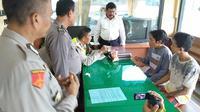 Demi mengelabui petugas Lapas Kelasi I Surabaya Porong Sidoarjo, dua orang kurir narkoba selipkan sabu ke dalam kacang kulit. (Liputan6.com/ Dian Kuirniawan)
