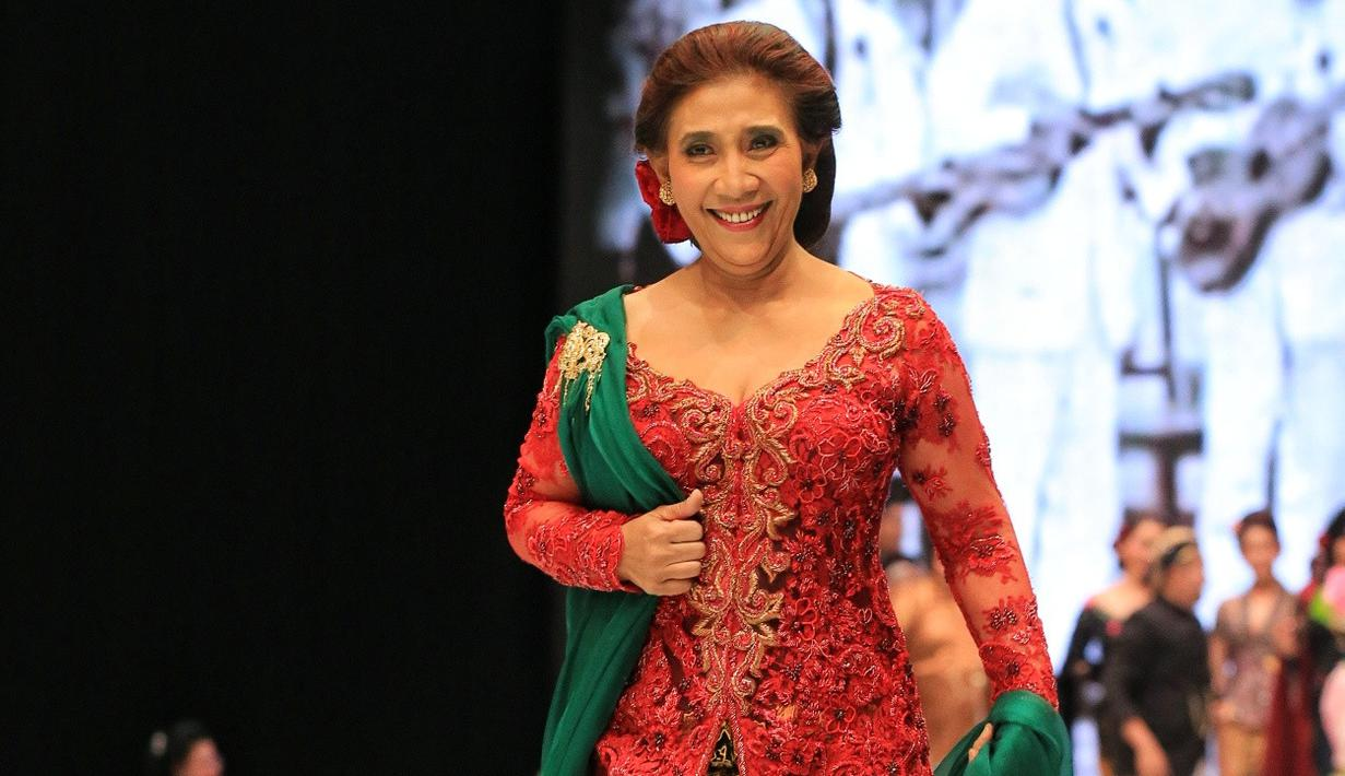 Menteri Kelautan dan Perikanan, Susi Pudjiastuti menjadi salah satu penampil khusus dalam Indonesia Fashion Week (IFW) 2018. Susi menjadi salah satu yang mengenakan busana rancangan karya Anne Avantie. (Adrian Putra/Bintang.com)