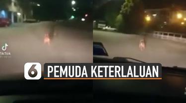 Beredar video aksi pemuda menakut-nakuti seekor anjing dengan mobil. Hingga anjing itu lari-lari ketakutan.