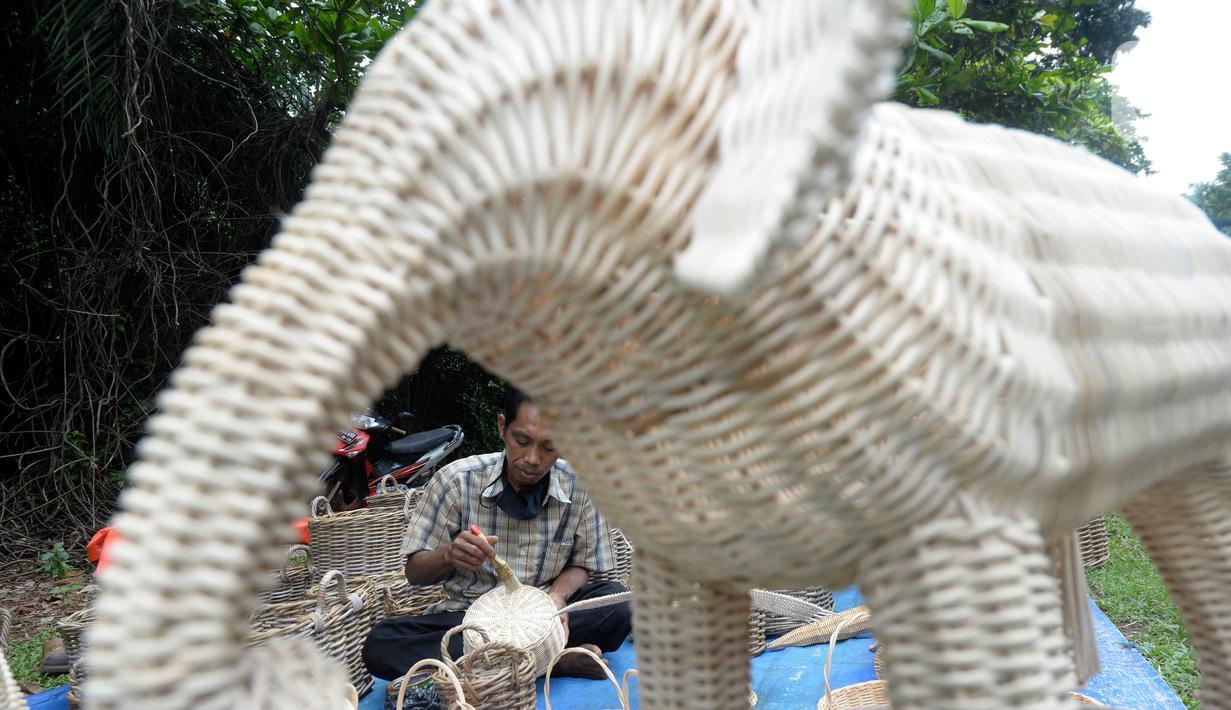 Perajin anyaman Rotan, Muhamad Wardi (43) sedang menyelesaikan finishing menggunakan pernis di Jalan Raya Puspiptek, Tangerang Selatan, Banten, Senin (19/10/2020). Kondisi masa pandemi sangat berdampak terhadap perajin rotan sepi pemesanan. (merdeka,com/Dwi Narwoko)