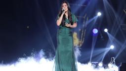 Terlihat anggun Raisa bernyanyi menggunakan gaun panjang dengan rambut terurai. Raisa membawakan lagu 'Nyawa dan Harapan' pada penampilan perdananya, Kamis (16/5/2019). (Kapanlagi.com/Agus Apriyanto)