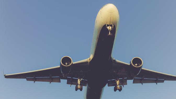 Ilustrasi pesawat lepas landas. (dok. unsplash.com/Asnida Riani)