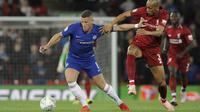 Gelandang Chelsea, Ross Barkley, berebut bola dengan gelandang Liverpool, Fabinho, pada laga Piala Liga Inggris di Stadion Anfield, Rabu (26/9/2018). Liverpool takluk 1-2 dari Chelsea. (AP/Rui Vieira)