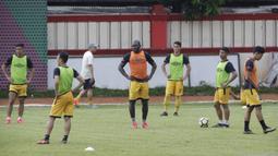 Pemain Bhayangkara FC, Herman Dzumafo, memperhatikan instruksi saat latihan jelang laga Piala Indonesia 2019 di Stadion PTIK, Jakarta, Kamis (31/1). Bhayangkara FC akan berhadapan dengan PSBL Langsa. (Bola.com/M. Iqbal Ichsan)