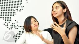 Tika dan Tiwi, mantan personil duo T2 disela jumpa pers di kawasan Mampang, Jakarta, Senin (8/6/2015). Keduanya akan kembali bersatu lewat sebuah konser reuni pada 14 Juni mendatang. (Liputan6.com/Panji Diksana)
