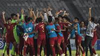 Para pemain Timnas Indonesia merayakan kemenangan atas UEA pada laga AFC U-19 Championship di SUGBK, Jakarta, Selasa (24/10). Indonesia menang 1-0 atas UEA. (Bola.com/Vitalis Yogi Trisna)