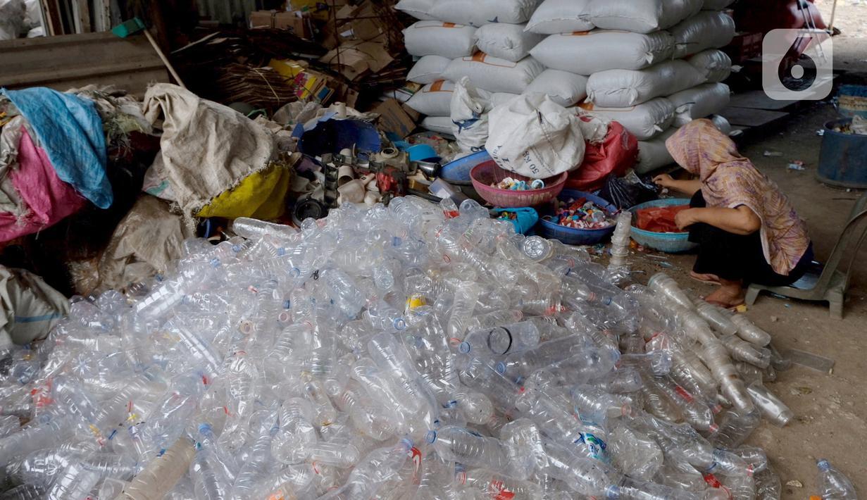 Pekerja memilah sampah plastik di gudang pengolahan sampah plastik kawasan Bekasi, Rabu (15/9/2021). Menurut data riset terbaru Sustainable Waste Indonesia (SWI) yang mengungkapkan skema ekonomi sirkular sebagai salah satu strategi untuk pengelolaan sampah plastik. (Liputan6.com/Herman Zakharia)