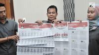 Petugas Komisi Pemilihan Umum (KPU) memperkenalkan contoh lima surat suara Pemilu 2019 di Gedung KPU, Jakarta, Senin (10/12). Surat suara Pemilu 2019 terdiri atas Pilpres, Pileg tingkat Pusat, Provinsi, Kota, dan Kabupaten.  (Merdeka.com/Iqbal Nugroho)