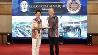 4_Alfian Reza Almadjid, Gold Winner Indonesia dari kategori AR, diberikan sertifikat Gold Winner oleh Wee Siew Kim, Group CEO of NIPSEA Group. (Istimewa)