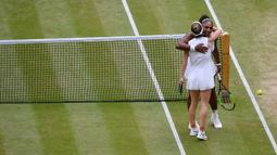 Petenis Serena Williams berpelukan dengan Simona Halep usai dirinya kalah dalam pertandingan final tunggal putri Wimbledon 2019 di London, Inggris, Sabtu(13/7/2019). Petenis Rumania itu mengalahkan jagoan Amerika Serikat dua set langsung, 6-2 dan 6-2. (Toby Melville/Pool Photo via AP)