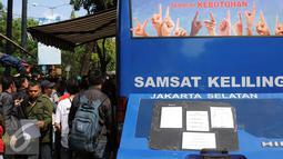 Warga memenuhi Gerai Pelayanan Samsat Keliling di Jalan Kalibata Raya, Jakarta, Senin (11/7). Pasca libur lebaran 2016, gerai Samsat Keliling kembali beroperasi melayani pembayaran pajak kendaraan bermotor. (Liputan6.com/Helmi Fithriansyah)