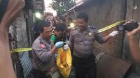 Seorang lansia sebatang kara di Kediri ditemukan meninggal dunia dalam kondisi mengenaskan. Penyebab kematiannya masih misteri. (Liputan6.com/ Dian Kurniawan)