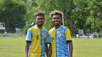 Kembar identik PSM Makassar, Yakob dan Yance Sayuri. (Bola.com/Abdi Satria)