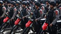 Polisi bersenjata lengkap menghadiri apel pengamanan Pemilu 2019 di Bogor, Jawa Barat, Rabu (10/4). Apel diikuti 4.000 personel gabungan TNI-Polri. (ADEK BERRY/AFP)