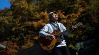 Kyochi Watanabe memainkan musik di hutan Aokigahara, dengan harapan agar tak ada lagi orang yang ingin bunuh diri karena putus asa di hutan tersebut. (AFP File)