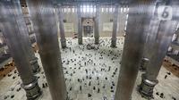 Umat muslim melaksanakan sholat Jumat terakhir pada Ramadhan 1442 H di Masjid Istiqlal, Jakarta, Jumat (7/5/2021). Berdasarkan hisab, lebaran Idul Fitri jatuh pada 13 Mei 2021 sementara pelaksanaan rukyatul hilal (melihat posisi bulan) akan dilakukan sehari sebelumnya. (Liputan6.com/Faizal Fanani)