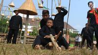 Siswa Sekolah Dasar (SD) mengikuti lomba permainan tradisional di Lapangan Plaza Pemkab Bekasi, Kamis (15/8/2019). Kegiatan yang diikuti perwakilan SD dari 24 Kecamatan se-Kabupaten Bekasi ini dalam rangka menyambut HUT ke-69 Kabupaten Bekasi dan HUT ke-74 RI. (merdeka.com/Arie Basuki)