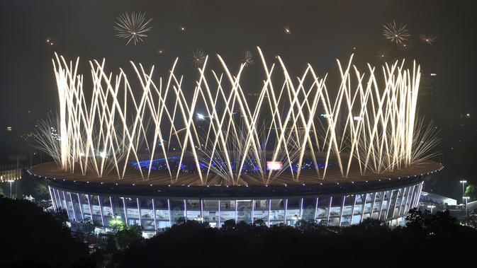 Pesta kembang api menghiasi Stadion Gelora Bung Karno selama upacara penutupan Asian Games 2018 di Jakarta, Minggu (2/9). Sejumlah artis dalam dan luar negeri meriahkan acara penutupan. (AFP Photo/Bay Ismoyo)