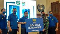 Persib Bandung menyalurkan bantuan berupa Alat Pelindung Diri (APD) sebanyak 250 dan 10 ribu masker guna penanganan COVID-19 melalui Kodam III/Siliwangi, Jalan Aceh, Kota Bandung, Kamis (16/7/2020). (Bola.com/Erwin Snaz)