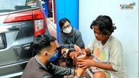 Tangkapan layar ketika Andhi Suhaeri bersama Nita mengajak komunikasi ODGJ asal Blora di Rembang, Jawa Tengah. (Liputan6.com/Ahmad Adirin)