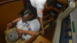 Petugas membantu pemudik menggunakan fasilitas kereta sleeper di Stasiun Gambir, Jakarta, Selasa (12/6). Harga promo tiket kereta kelas luxury  ini sebesar Rp 900 ribu per orang. (Merdeka.com/Imam Buhori)