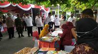 Menteri Sosial (Mensos) Juliari P Batubara meluncurkan Bantuan Sosial (Bansos) beras untuk keluarga penerima manfaat (KPM) program keluarga harapan (PKH) di Surabaya, Jatim. (Foto: Dok Istimewa)