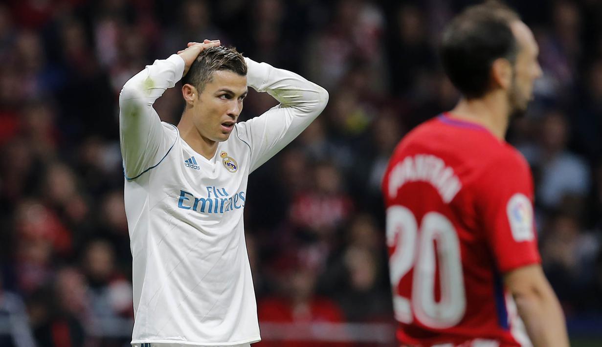 Striker Real Madrid, Crsitiano Ronaldo, tampak kecewa usai gagal membawa Real Madrid mengalahkan Atletico Madrid pada laga La Liga di Stadion Metropolitano, Sabtu (18/11/2017). Derbi Madrid tersebut berakhir dengan skor 0-0. (AP/Paul White)