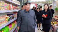 Pemimpin Korea Utara, Kim Jong-un ketika berada di toko makanan saat mengunjungi Taesong Department Store setelah dibuka untuk umum di Korea Utara (8/4). (KCNA VIA AFP Photo)
