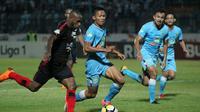 Duel Persela vs Persipura di Stadion Surajaya, Lamongan, Minggu (29/7/2018). (Bola.com/Zaidan Nazarul)