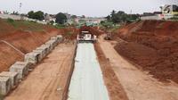 Suasana proyek pembangunan Jalan Tol Cijago Seksi II di Depok, Jawa Barat, Rabu (27/2). Proses pembebasan lahan yang berlarut-larut hingga lebih dari 8 tahun menjadi penyebab proyek jalan tol itu tertunda penyelesaiannya. (Liputan6.com/Immanuel Antonius)