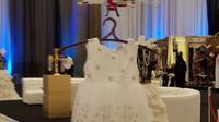 Drone yang membawa salah satu gaun di peragaan busana yang digelar di Hilton. (Twitter)