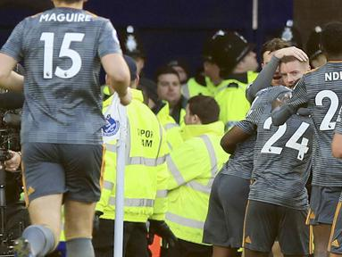 Para pemain Leicester City merayakan gol yang dicetak oleh Jamie Vardy ke gawang Everton pada laga Premier League di Stadion Goodison Park, Selasa (1/1). Leicester City menang 1-0 atas Everton. (AP/Peter Byrne)