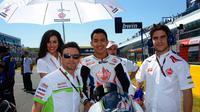 Pembalap Indonesia, Doni Tata Pradipta saat bersama pemilik Gresini, Fausto Gresini pada Moto2 2013. (Dokumentasi Doni Tata)