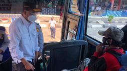 Menteri Perhubungan Budi Karya Sumadi (kiri) berbincang dengan penumpang bus di Terminal Kampung Rambutan, Jakarta, Kamis (29/10/2020). Budi Karya melakukan edukasi kepada penumpang yang masih banyak menggunakan masker scuba untuk memakai masker medicated atau berlapis. (Dok: Kemenhub)