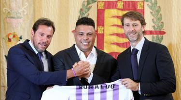 Legenda sepak bola Brasil Ronaldo (tengah), walikota Valladolid Oscar Puente (kiri) dan presiden Real Valladolid Carlos Suarez berpose dengan Jersey klub Real Valladolid saat konferensi pers di Valladolid, Spanyol, (3/9). (AFP Photo/Cesar Manso)