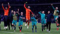 Para pemain Tottenham Hotspur merayakan kemenangan tim mereka atas Ajax Amsterdam pada akhir laga kedua semifinal Liga Champions 2018/19 di Stadion Johan Cruyff, Rabu (8/5). Tottenham secara dramatis merebut tiket final Liga Champions setelah menaklukkan Ajax 3-2. (Adrian DENNIS / AFP)