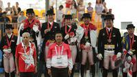 Tim berkuda Indonesia meraih medali emas Sea Games 2015 nomor nomor tunggang serasi tim yang dihelat di Singapore Turf Club Riding Centre, Sabtu (6/6/2015). Menpora Imam Nahrawi mengalungkan medali pada para pemenang (Liputan6.com/Helmi Fithriansyah)