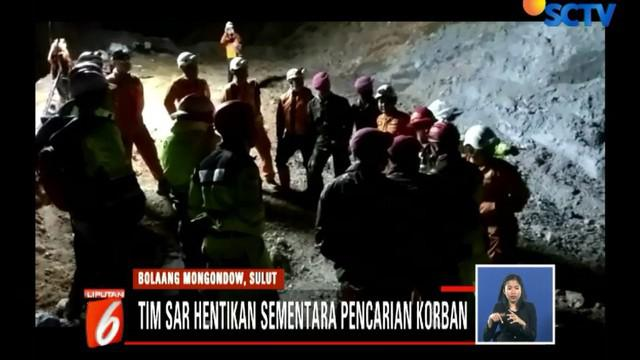 Satu alat berat yang dikerahkan tim sar gabungan terus bekerja membuka jalan untuk mencari dan mengevakuasi korban longsor tambang emas ilegal di Desa Bakan.