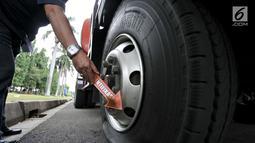 Kondisi salah satu ban truk tangki akibat dibajak pendemo di Lapangan Monas, Jakarta, Senin (18/3). Dua truk tangki tersebut mengalami kerusakan antara lain, pecah ban, kaca spion rusak, dan kabel pada bagian bawah diputus. (merdeka.com/Iqbal S. Nugroho)