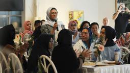 Peserta mengajukan pertanyaan dalam diskusi 'Berbagi Cerita: Saling Dukung dan Peduli Kesehatan Jiwa' di Jakarta, Sabtu (27/4). Kegiatan ini mengundang pasien dan keluarga, professional kesehatan jiwa dan masyarakat awam yang peduli kesehatan jiwa. (Liputan6.com/Herman Zakharia)