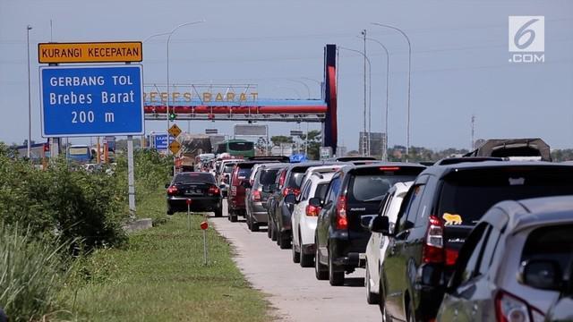 Dengan adanya kepadatan hingga 3 KM di pintu Tol Brebes Barat, petugas lakukan rekayasa buka tutup di persimpangan jalur Tol Brebes Barat dan Tol Brebes Timur.