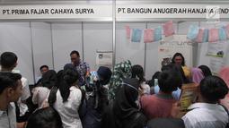 """Calon pelamar kerja mencari informasi di salah satu stand """"Job Fair Tangsel 2018"""" di BSD, Kamis  (19/7). Job Fair ini menyediakan 10.000 lebih lowongan kerja  dari 50 perusahaan berbagai bidang dan berlangsung hingga (20/7/2018). (Merdeka.com/Arie Basuki)"""