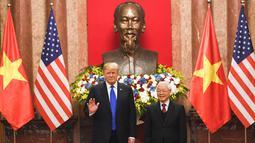 Presiden AS, Donald Trump saat bertemu dengan Presiden Vietnam Nguyen Phu Trong di Istana Kepresidenan di Hanoi (27/2). Trump dan Kim Jong-un akan makan malam bersama selama sekitar 1,5 jam. (AFP Photo/Saul Loeb)