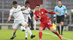 Pemain Bayer Leverkusen Mitchell Weiser (kiri) berebut bola dengan pemain Bayern Munchen Jamal Musiala pada pertandingan Bundesliga di Stadion Allianz Arena, Munchen, Jerman, Selasa (20/4/2021). Bayern Munchen menang 2-0. (AP Photo/Matthias Schrader, Pool)