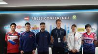Pemain China, Zheng Siwei (dua dari kiri) pada konferensi pers Indonesia Open 2019 di Istora, Senayan, Jakarta, Senin (15/7/2019). (Bola.com/Benediktus Gerendo Pradigdo)
