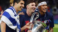 Trio MSN Barcelona, Neymar Jr, Luis Suarez dan Lionel Messi melakukan selebrasi usai berhasil menjuarai Liga Champions dengan mengalahkan Juventus di Stadion Olympic, Berlin, Sabtu, (6/6/2015). (AFP/Patrik Stollarz)