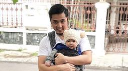 Dengan motor lawasnya, Kinos berusaha menggendong mesra sang anak untuk menikmati sore hari dengan berjalan-jalan santai di kawasan rumahnya. Bila diperhatikan dari cara menggendong Kinos, ia begitu hati-hati saat mengajak anaknya tersebut jalan-jalan menggunakan motor. (Liputan6.com/IG/@kinosnoski)