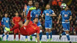 Bek Liverpool, Dejan Lovren, melepaskan tendangan salto saat menghadapi Bournemouth. Liverpool melepaskan delapan tendangan akurat dari 21 percobaan, sedangkan tim tamu hanya dua tembakan terukur dari tujuh kesempatan. (AFP/Paul Ellis).