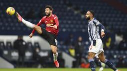 Gelandang Manchester United, Bruno Fernandes, mengontrol bola saat melawan West Bromwich Albion pada laga Liga Inggris di Stadion Hawthorns, Minggu (14/2/2021). Kedua tim bermain imbang 1-1. (Michael Steele/Pool Photo via AP)